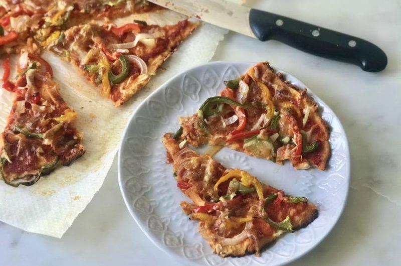 Pizza met paprika, champignons en mozzarella