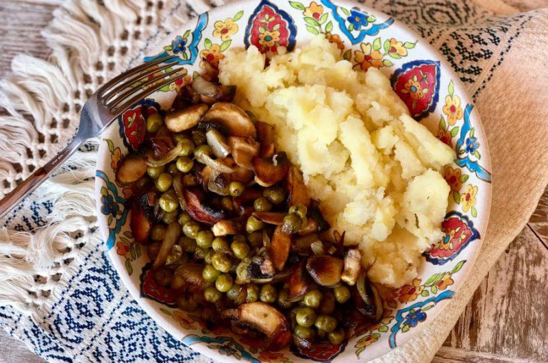 Aardappelpuree met champignons en doperwtjes