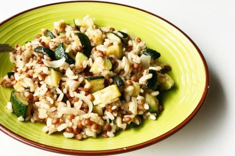 Linzen met courgette en rijst