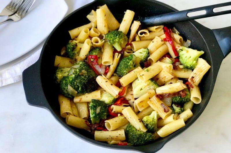 Penne met broccoli en rode paprika