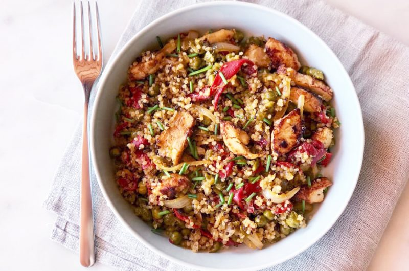 Quinoa met kip, rode paprika en doperwtjes
