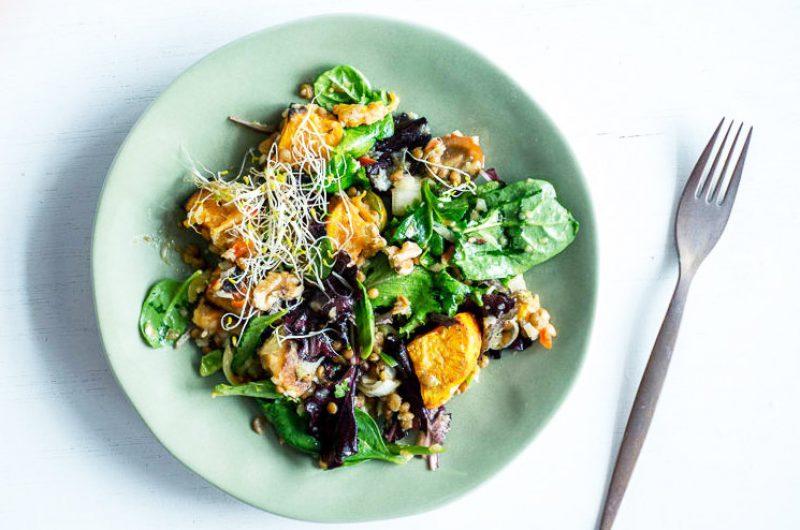 Salade met spinazie, zoete aardappel en kikkererwten