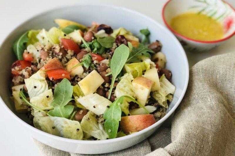 Salade met quinoa, appel en bonen